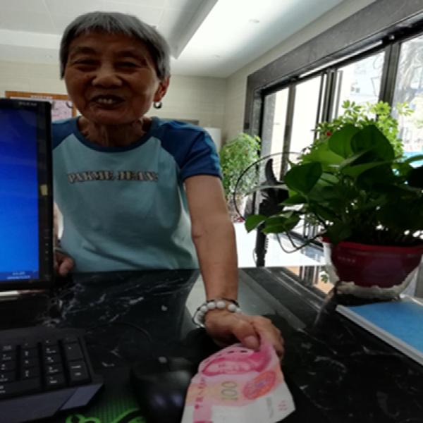 清泉社区辫甩:热心捐助的刘奶奶