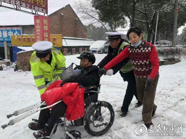 娄底八旬老人被困冰雪路上 热心交警护送回家